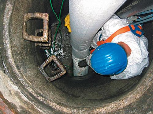 Einführen des Liners in die Rohrleitung: Flexibilität ist auf der Baustelle gerade in Bögen und bei Dimensionswechseln gefragt.