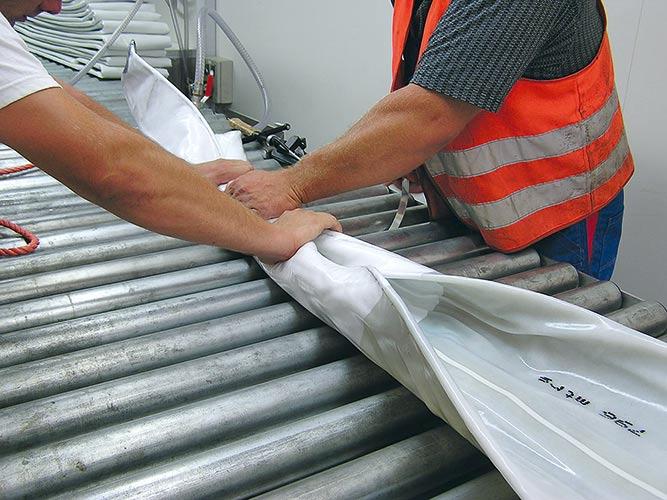 Handarbeit trifft Präzision: Der RS CityLiner® wird auf der Baustelle mit einem Epoxidharzsystem getränkt.